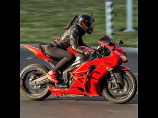 опять танцует за рулём#мототаня девушка на мотоцикле