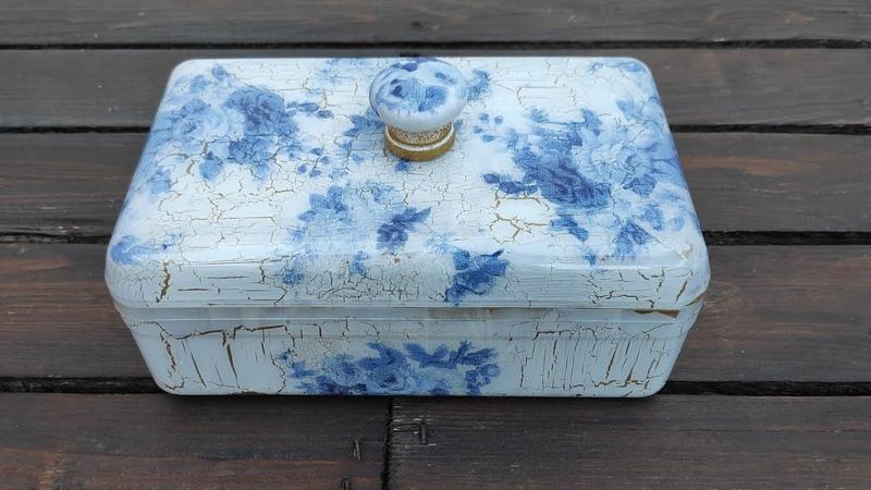 Caja de plástico decorada con decoupage inverso y craquelado