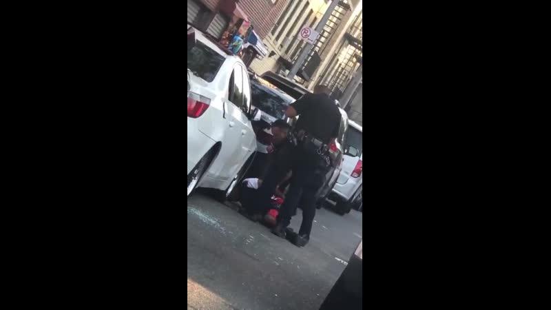 Полицейский пристрелил чела потом надел ему наручники и начал в диктофон зачитывать ему права Всё по инструкции не подкопаешь