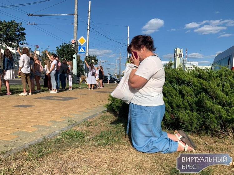 В Бресте девушки у ЦУМ-а и на Советской выстраиваются в цепь солидарности . Пришёл ОМОН