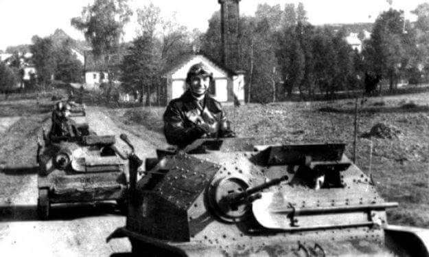 Польские танкетки TKS на улице оккупированного чешского села, ноябрь 1938 года.
