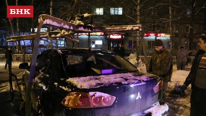 Уборка снега и машин на улице Первомайской