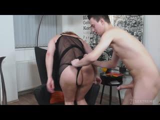 Сын трахает старую мачеху после ужина, milf mom mature sex porn family tit ass bang son HD cum (Инцест со зрелыми мамочками 18+)