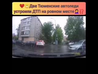 Во дворе на Червишевском тракте, две автоледи выезжали задним ходом