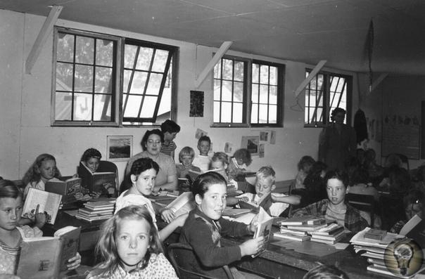 ШКОЛЬНИКИ МИРА. Ч.-2 1. Ричард Шарп в свой первый день в начальной школе округа Сент-Николас в Лаутоне. Англия, примерно 1952 год (слева) / Пятилетнему Говарду Крафтеру также тяжело