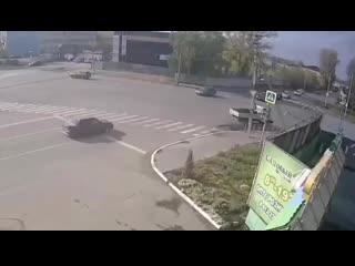 Момент ДТП на перекрестке Коммунарского и Революции Бийск