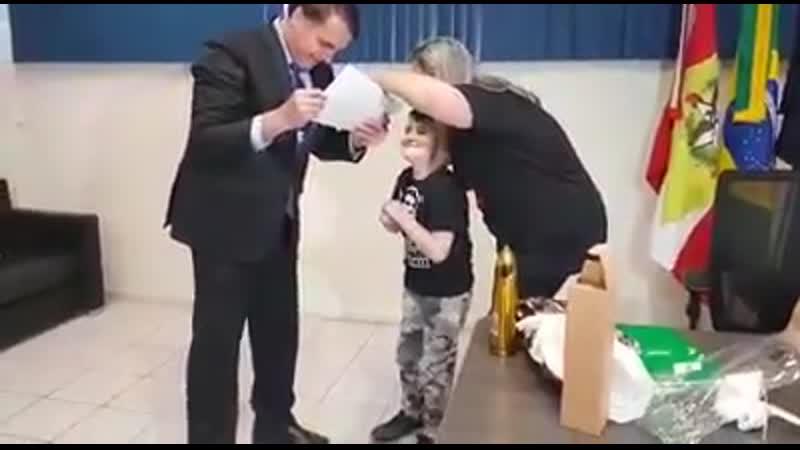 Bolsonaro realiza sonho de garoto com ossos de vidro em SC e Mãe chora de emoção