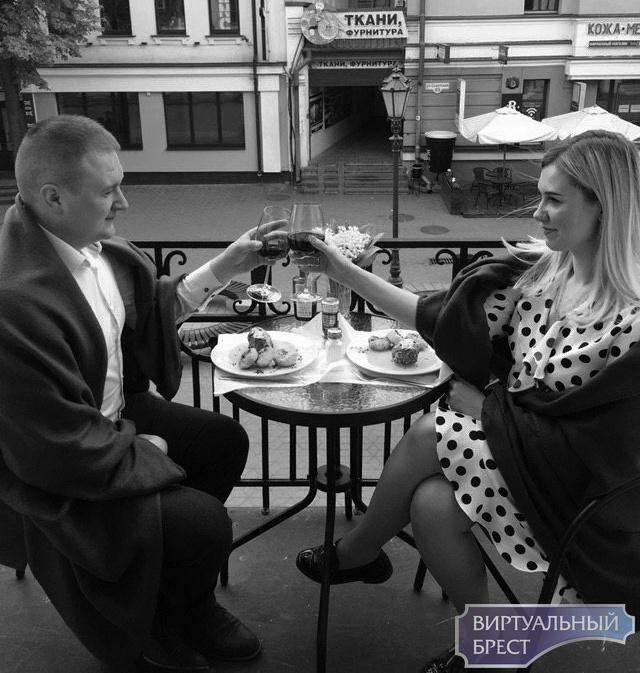 В Бресте на Советской пара обедала прямо на балконе, у всех на виду. Рассказываем, что за фишка