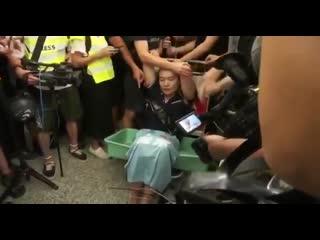 А вот как в Гонконге митингующие обращаются с журналистами, которые поддерживают силовиков и выступают за разгон протеста