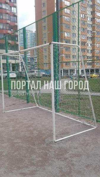 Ответственные службы отремонтировали футбольные ворота во дворе на Недорубова