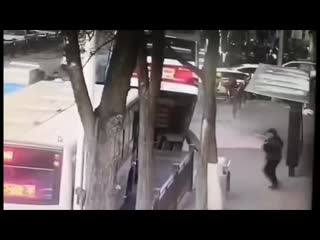 В китае автбус с пассажирами ушел под землю на останое