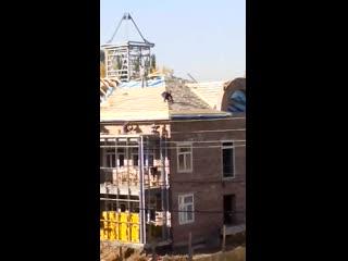 Ходят по крыше без страховки ()