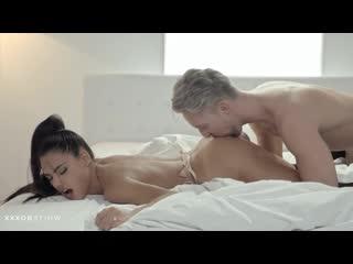 Красивый секс с стройной брюнеткой в чулочках