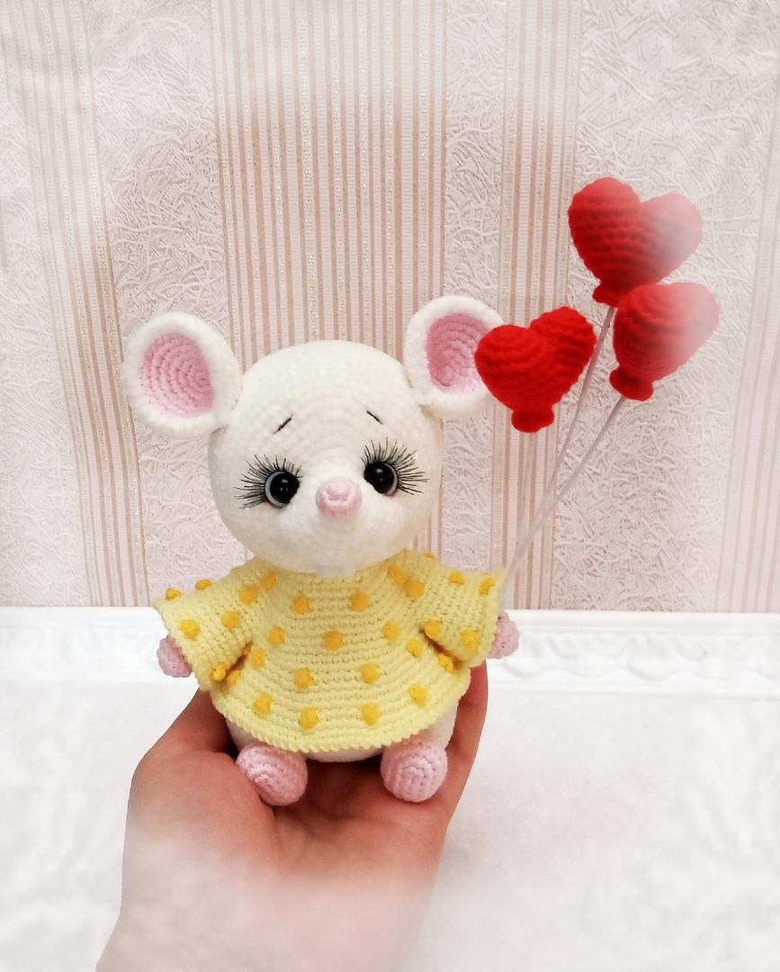 Вязаная крючком белая мышка в жёлтом