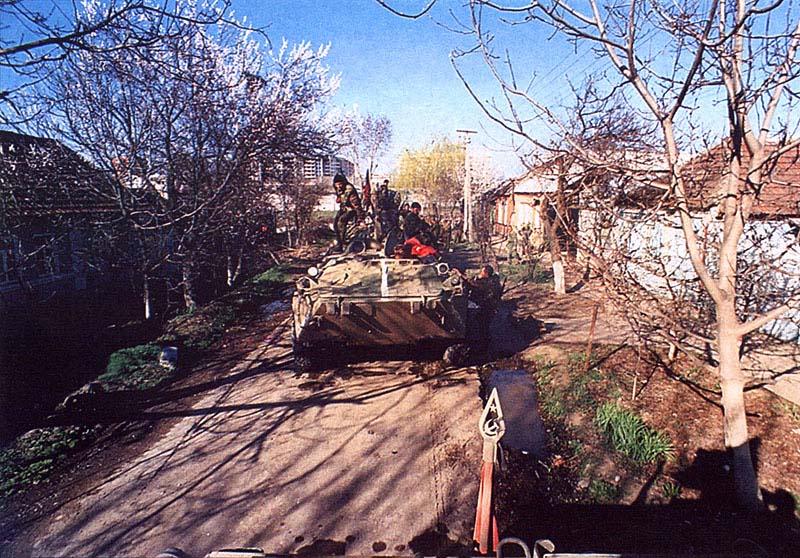 БТРы СОБРов в Грозном на улице Кутузова у дома, где погиб капитан милиции Олег из Коми. С полосой на «морде» – «Змееныш». Начало апреля 1995 г.