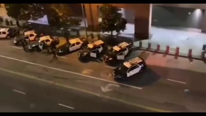 Сотрудники полиции американского Лос Анджелеса перекрыли центр города для предотвращения массовых погромов br США br br