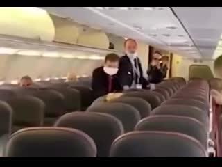 Конфликт в самолете за место, кто первый встал того и тапки)