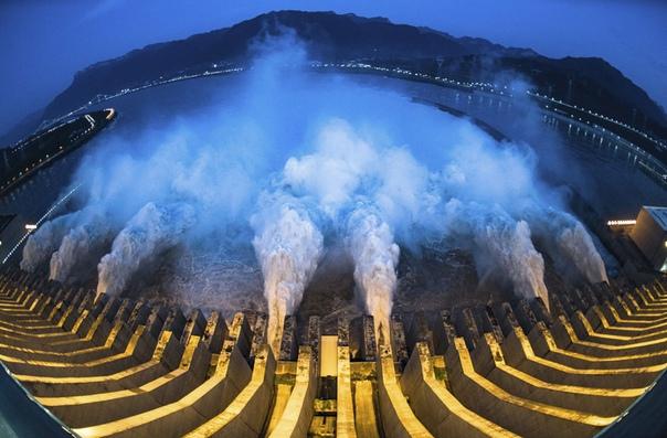 Сброс паводковых вод на плотине электростанции «Три ущелья». Хубэй, Китай.