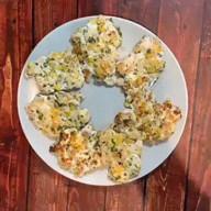 id_55411 Рубленые куриные котлеты 😋  Ингредиенты:  Куриное филе — 4 шт Зелень — по вкусу Сыр — 80 г Кукуруза — ½ банки Яйцо — 1 шт Сметана — 2 ст. л. Соль и перец — по вкусу  Автор: katyuhis__kitchen  #gif@bon