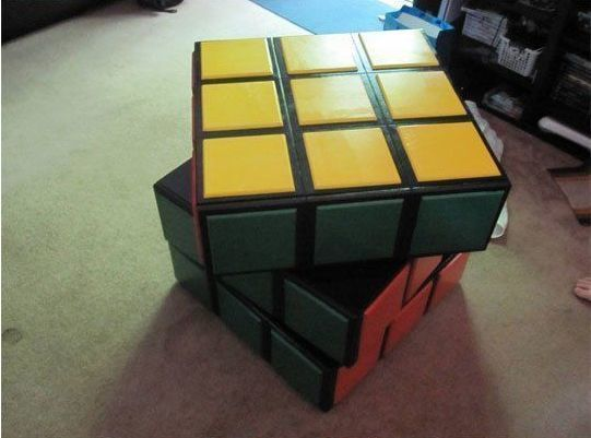 Оригинальное решение: яркий комод сделал в виде кубика...