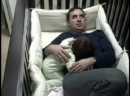 Папа уложил дочку