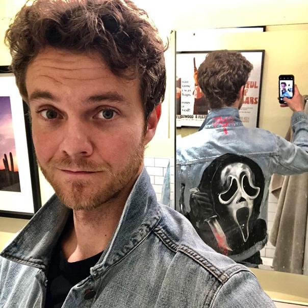 Джек Куэйд и его модная джинсовка В новом «Крике», который выйдет в январе 2022 года, актер исполнит одну из