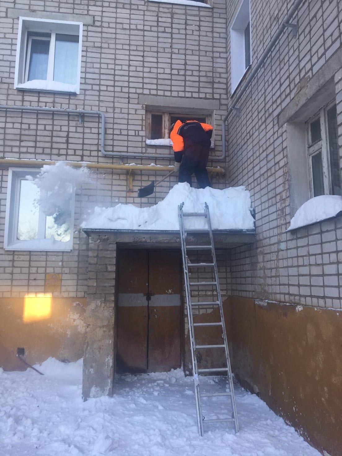 Улица Московская дом 165 .Очистка парапета и