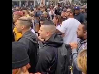Болельщики «Лейкерс» собрались у «Стейплс-центра» после гибели Коби Брайанта