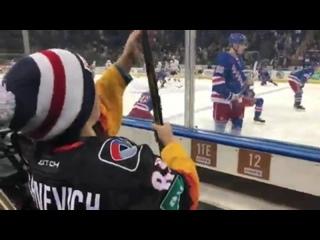 Российский хоккеист Павел Бучневич во время предматчевой разминки подарил свою клюшку юному болельщику