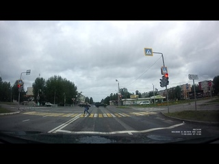 Северодвинск. Торопыга, сам перекресток уже на красный. А потом ДТП происходят!
