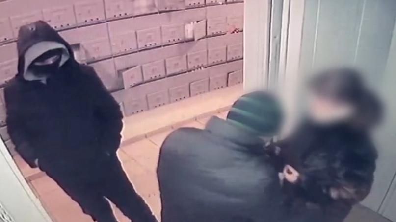 🔥Сотрудники курской полиции задержали злоумышленников, ограбивших женщину в лифте на Клыкова.
