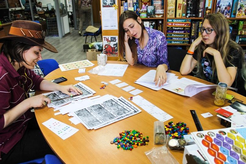 Летом 2017 года двери студии открылись для всех желающих в московском офисе Hobby World. В дружеской обстановке разработчики и тестеры играют в прототипы игр, ищут шероховатости в механике, обсуждают правила, делятся идеями и гоняют чаи. На фото Катя, Женя и Юля — «старички» нашей студии.