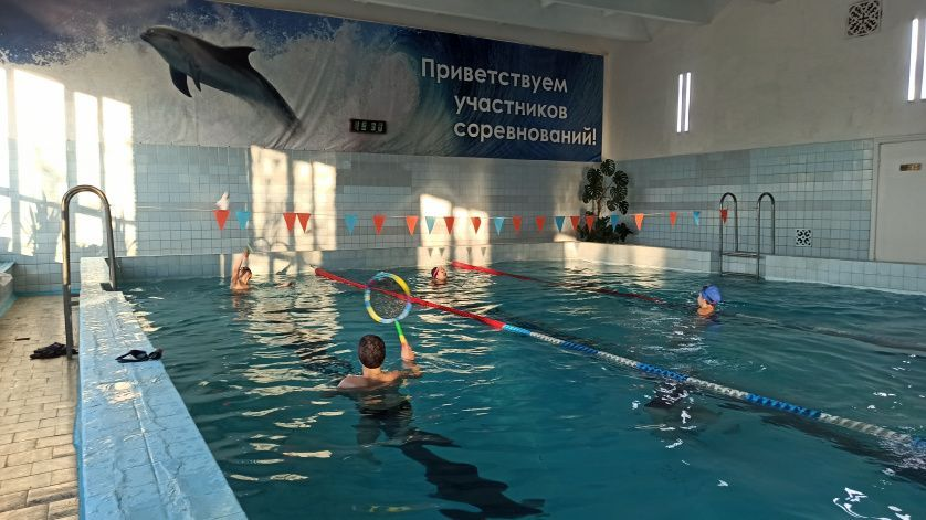 Воспитанники секции плавания бассейна «Дельфин» продолжают осваивать спортивные игры на воде