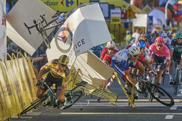 Еще один номинант World Press Photo-2021 в категории «Спорт». На фотографии голландский велосипедист Дилан Гроеневеген (слева) разбивается за несколько метров до финиша после столкновения с земляком Фабио Якобсеном на первом этапе Тура Польши в Катовице, Польша.