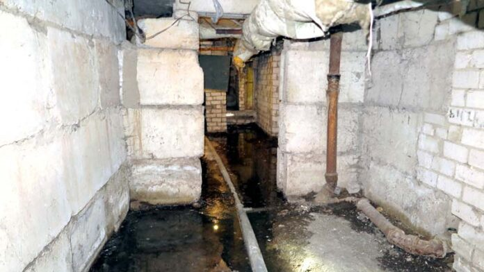 Под квартирой борисовчанки затапливают канализационные стоки