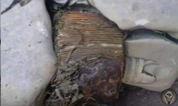 Древний артефакт, похожий на электрический трансформатор В наше время на территории Косов в горах Шар-Планина знаменитый фотограф и путешественник Исмет Смайли нашел очень странный древний