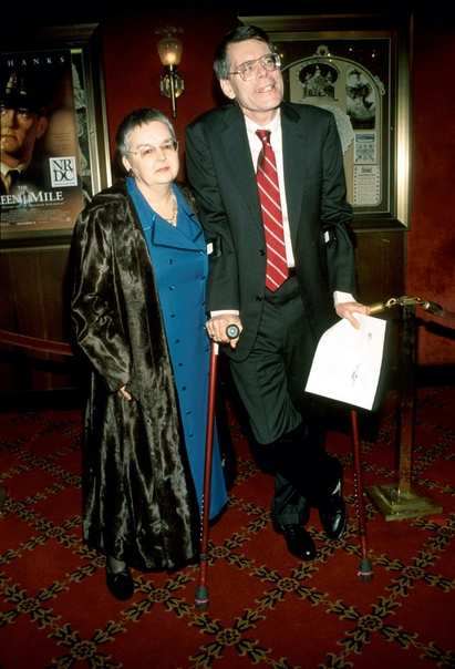 73-летний писатель ужасов Стивен Кинг и сценарист научно-фантастических фильмов отмечает сегодня свою 50-ю годовщину свадьбы с супругой Табитой . Пара поженилась 2 января 1971 года, и Стивен