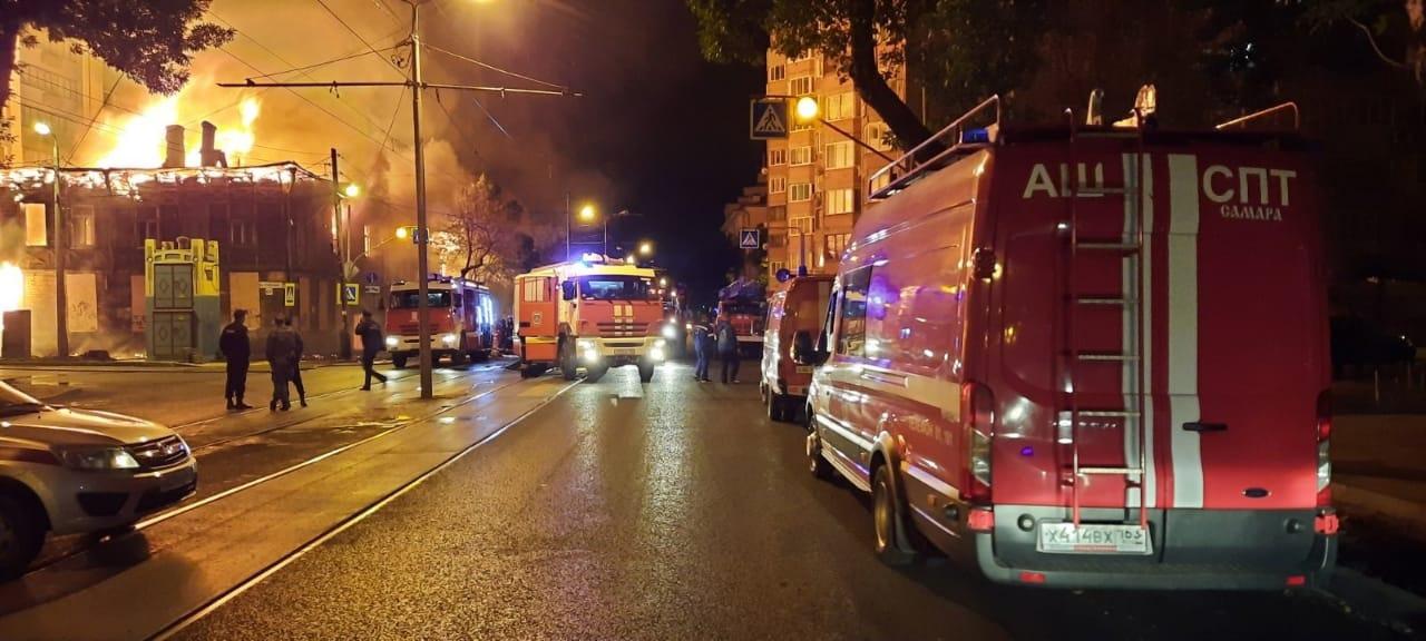 «А вдруг подожгли?»: в центре Самары произошёл сильнейший пожар в дореволюционных зданиях