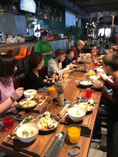 Воспитанники детского дома Приволжского района Казани изучили профессии в ресторане «МёД», изображение №3