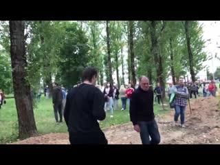 Жители Минска, собравшиеся у изолятора, слышат, как внутри кричат люди, которых избивают