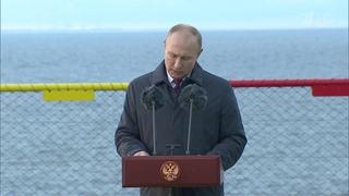 Владимир Путин в Петербурге принял участие в торжественной церемонии спуска на воду нового ледокола.