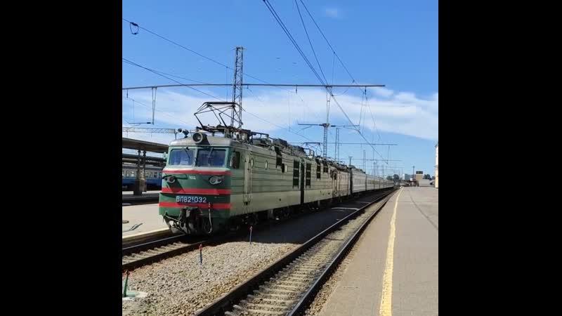 Электровоз ВЛ82М-032 с перегоняемым электровозом ЧС2-583 с поездом ✓17 Харьков-Ужгород и приветливой бригадой