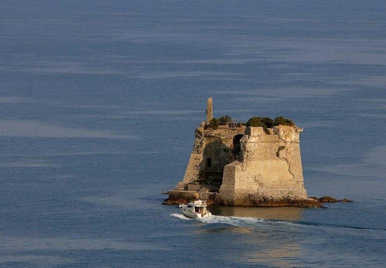 Башня Скола в заливе Поэтов, изображение №2