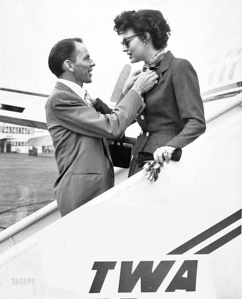 Френк Синатра встречает свою жену Аву Гарднер в Международном аэропорту Нью-Йорка 12 сентября 1952 года