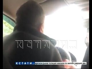 Неадекватный таксист угрожает клиентам по дороге домой