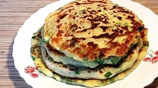 Жареные лепешки с зеленым луком, яйцом и сыром