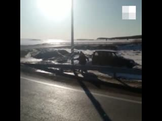 На свердловской трассе мужчины избили смотрителя за камерой видеофиксации и сняли нападение на видео