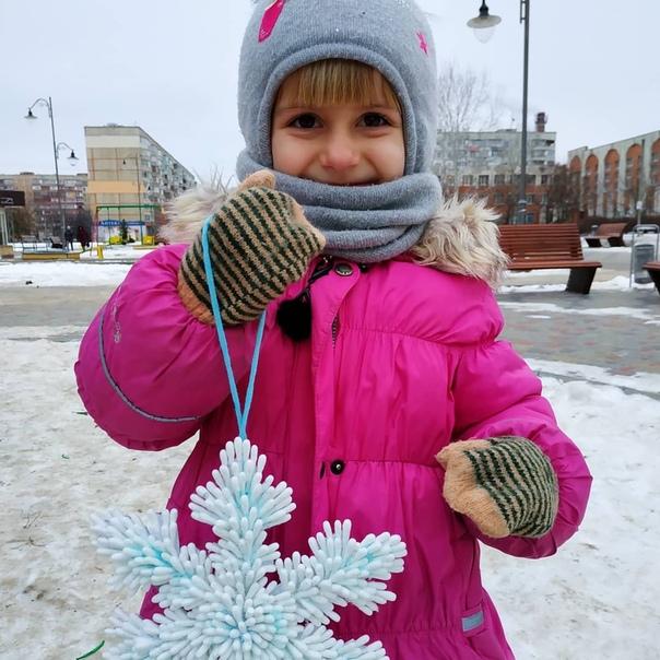 Новогодняя снежинка из ватных палочек Склеивали на горячий клей