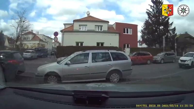 Погоня за мотоциклом по тротуарам и дворам Чехия