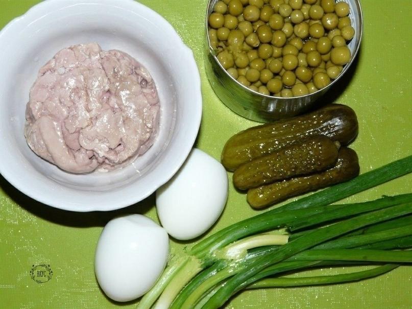 Салат из печени трески.